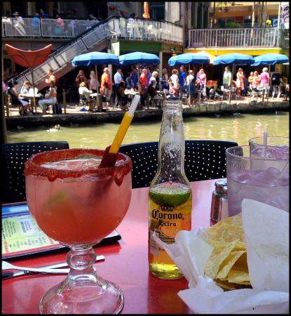 Riverwalk Vista: Drinks by the river, a stone's throw from hotel
