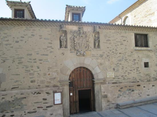 Alba de Tormes, إسبانيا: Portada del museo de la Madres Carmelitas