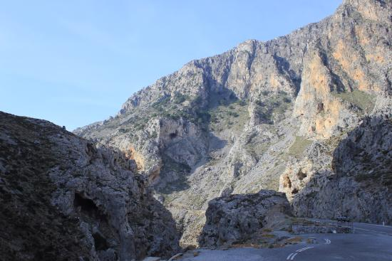 Начало спуска к ущелью - Picture of Kourtaliotiko Gorge ...