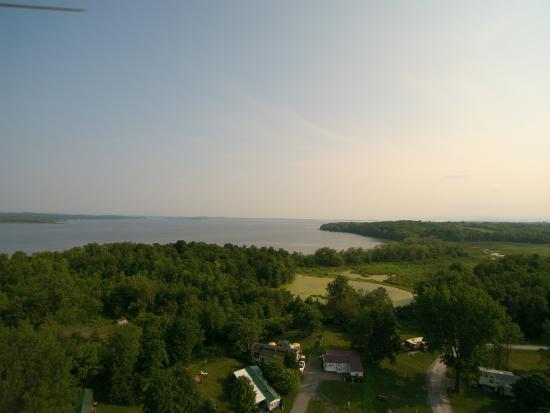 Apple Island Resort : Lake Champlain from the park