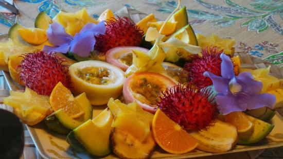 "Pomaika'i ""Lucky"" Farm B&B: Amazing fruit plate!"