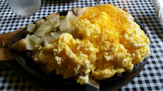 Colfax, Carolina do Norte: The country skillet!  Holy crap!  Lots if food!  Beneath the eggs is a breaded chicken filet wit