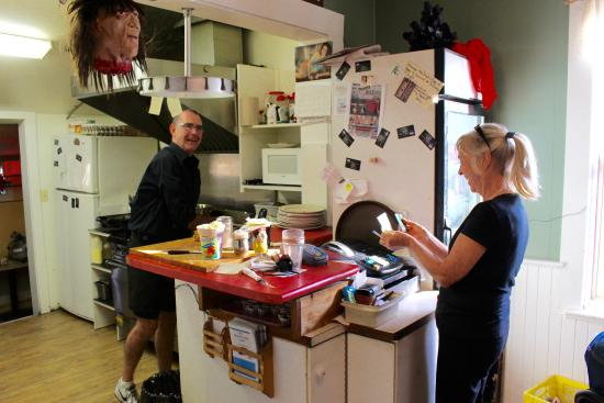 Armstrong, كندا: Neil and Caroline have a lot of fun making/serving breakfast