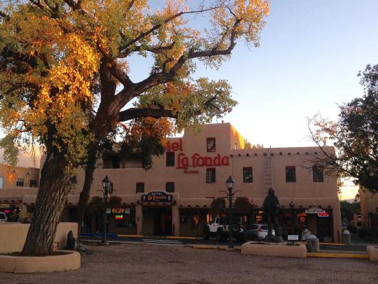 ‪‪Hotel La Fonda de Taos‬: A picture from the square‬