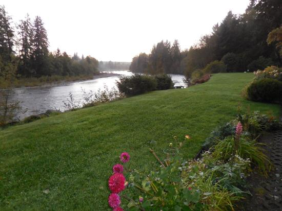 Quillayute River Resort: River Frontage