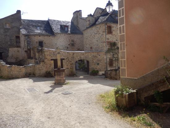"""Espalion, Γαλλία: intérieur du fort """"puits et croix."""