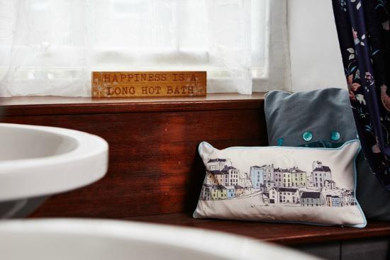 Tan y Gader: honeymoon suite bathroom window seat