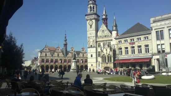 Het Gebouw achter het Belfort is 'de borse van amsterdam'
