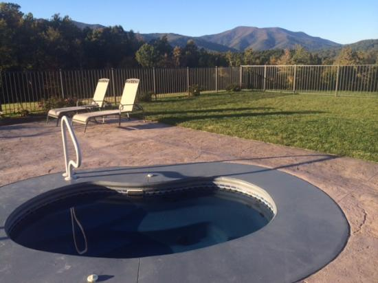 Lowesville, VA: Hot tub out back