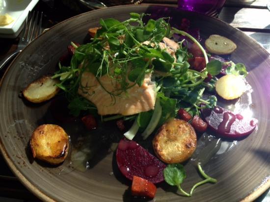 Hordle, UK: salmon salad