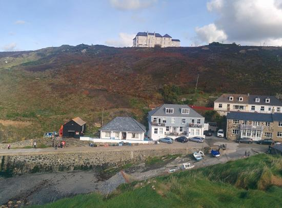 Mullion Cove Hotel: view of the hotel and apartment's