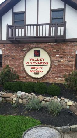 ‪Valley Vineyards‬
