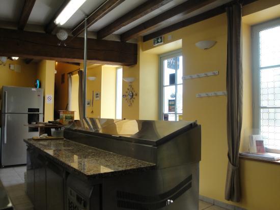 Fougeres-sur-Bievre, Francia: Bancada de preparo da Pizzeria