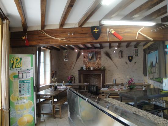 Fougeres-sur-Bievre, France : Balcão e sala de refeições da Pizzeria