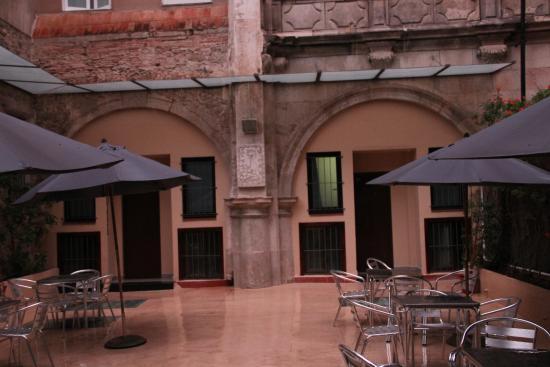 Hostal La Terrassa: Внутренний дворик
