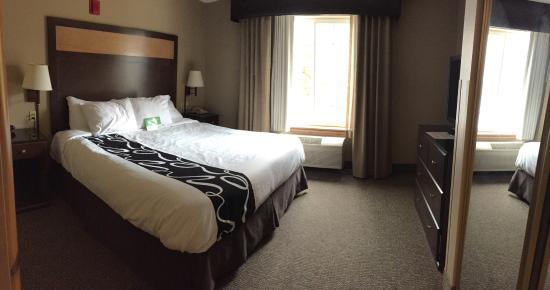 La Quinta Inn & Suites Eugene: King suite with view and kitchenette