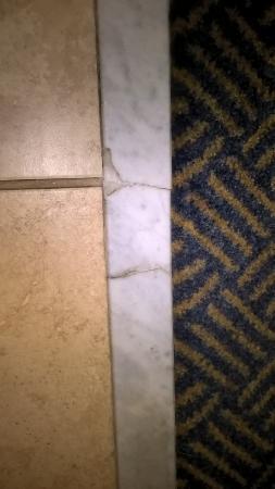 Hampton Inn Hillsboro : broken tile