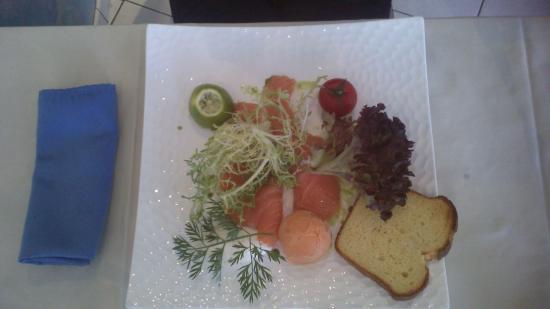 Auberge du Pecheur : Entrée au saumon et boule de glace au gaspacho