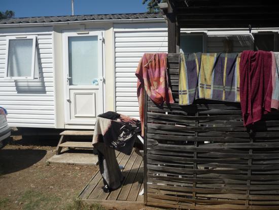 Vic-la-Gardiole, França: vue de la porte de notre mobil home