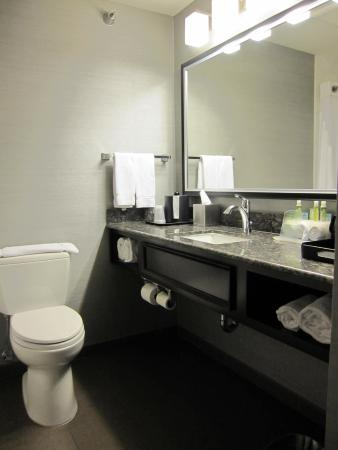 Holiday Inn Express Hotel & Suites Rapid City: The plush bathroom