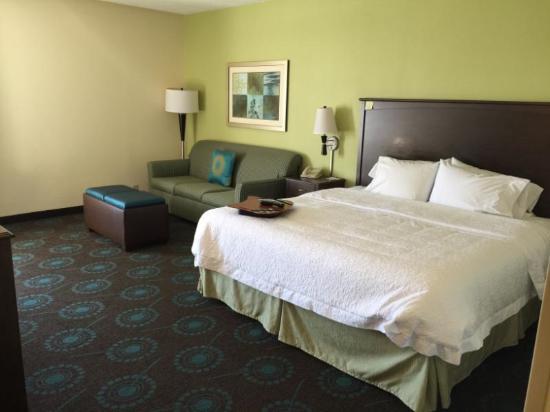 Hampton Inn Rehoboth Beach: King bed, sofa, coffee table