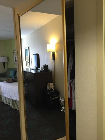 Hampton Inn Rehoboth Beach: Clset with mirror door