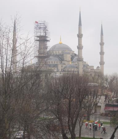 Hotel Turkoman: View of Blue Mosque with colorful umbrellas