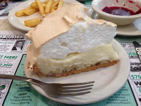 Snydersville Diner: Very nice piece of banana creme pie... I wish I could have stayed longer and tried a few other t