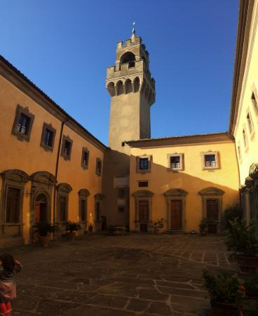 Montegufoni, Italia: The Castello Courtyard