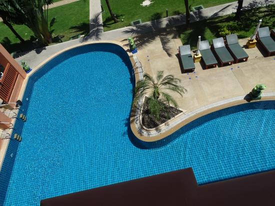 Kata Sea Breeze Resort: Один из бассейнов, неплохой по глубине, но хлора много.
