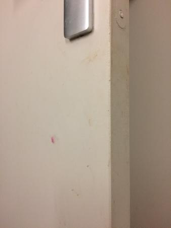Campanile Epone : La porte de la salle de bain est très sale.