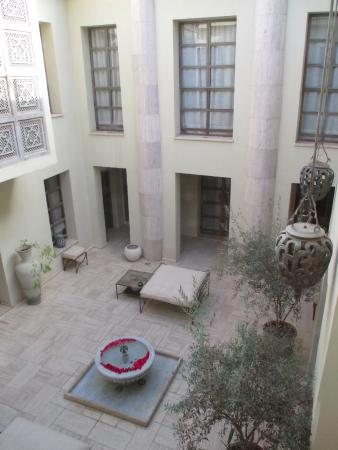 Riad Joya: Looking down from the roof terrace to the courtyard