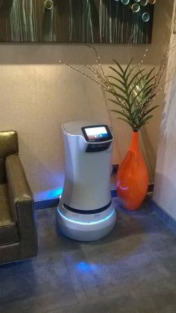 Holiday Inn Express: Luggage delivery robot