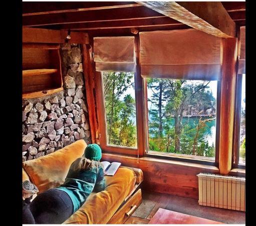 el mirador refugio de montana vista do interior da cabana sala com lareira