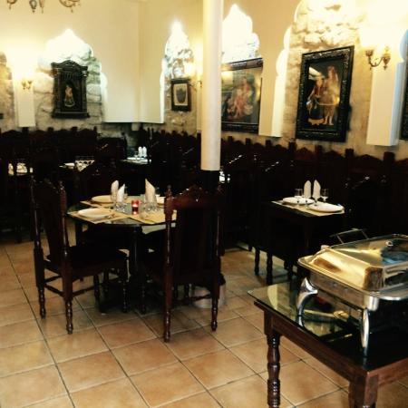 restaurant ambiance de l 39 inde dans paris avec cuisine. Black Bedroom Furniture Sets. Home Design Ideas