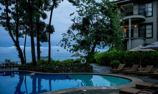 Arenas del Mar Beachfront & Rainforest Resort : Blue hour, before dawn, pool and Unit 7