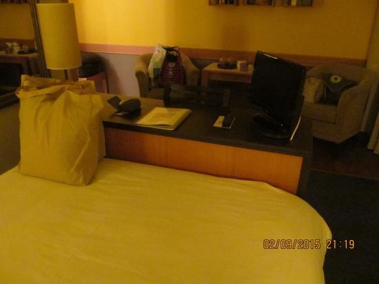 l'Hotel de Carantec: Zimmerausschnitt mit kleinem TV