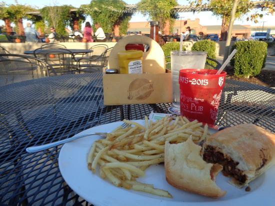 Llywelyn's Pub: Veggie sandwich with skinny fries on the patio
