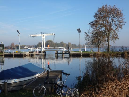 Reeuwijk, Países Bajos: a linking bridge