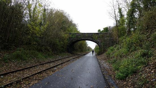 Mullingar, Irlanda: One of the numerous archways that the greenway cuts under.