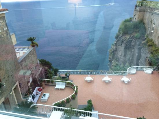 Sant'Agnello, Italia: View from reception area