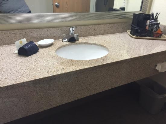 Best Western Branson Inn And Conference Center: Bathroom with counter