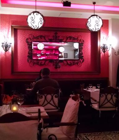 Palato Cafe Restaurant: Palato Restaurant interior with mirror in mirror effect