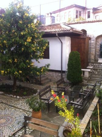 Hotel Mangalemi: Vista dalla camera del giardino interno