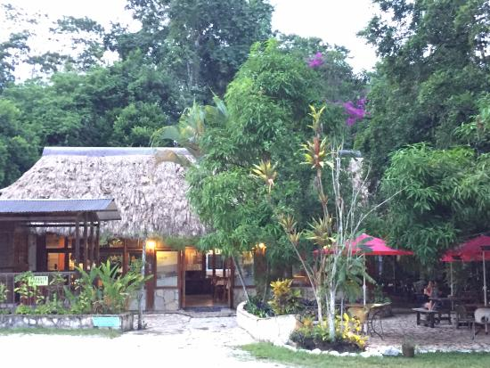 Hotel Jaguar Inn Tikal El Bar Restaurante Y Sus Jardines