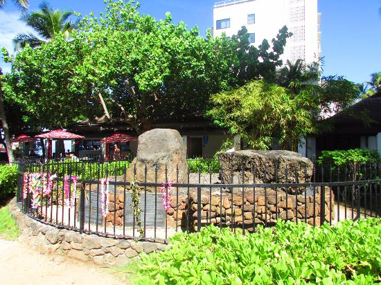The Wizard Stones on Waikiki: local sagrado