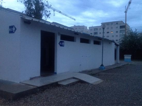 Martil, Marokko: Op de Camping Al Boustane  troffen wij deze mooie toiletgebouwen aan.