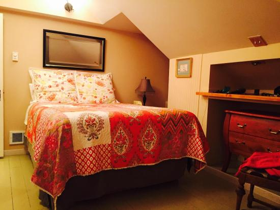 Forest Springs Bed and Breakfast: Queen Bed