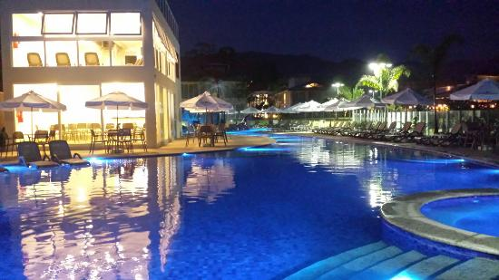 Camburi, SP: Piscina a noite