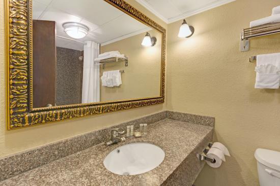 Super 8 Kings Mountain: Bathroom